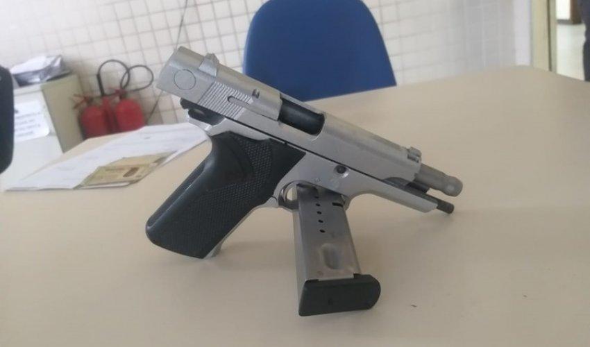 [Homem é preso com pistola de uso restrito das forças armadas no bairro São Vicente]