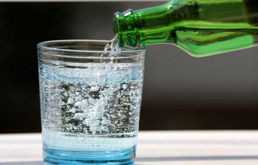 [Mito ou verdade: água com gás faz mal? Dá celulite? Engorda?]