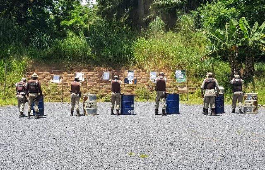 [Policiais do 12º BPM e BCS passam por treinamento em armamento e tiro policial]
