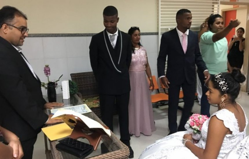 [Jovem de 16 anos casa em hospital após dar à luz e bebê acompanha cerimônia]