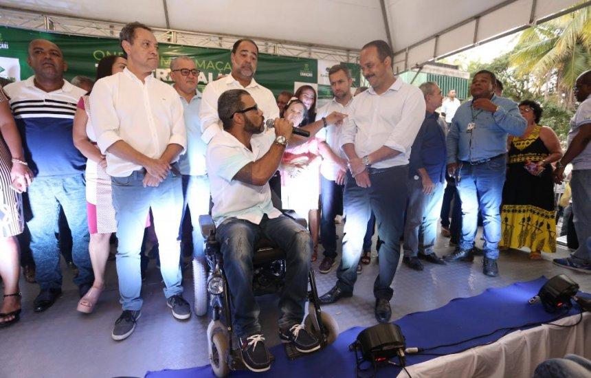 [Van adaptada e 105 cadeiras de rodas são entregues pela Prefeitura de Camaçari]