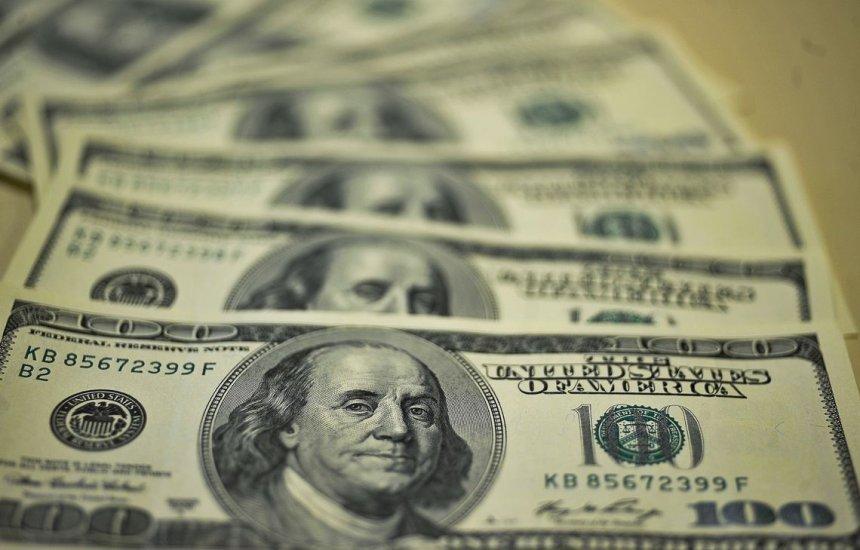 [Ibovespa opera em baixa, com dólar vendido a R$ 3,74]