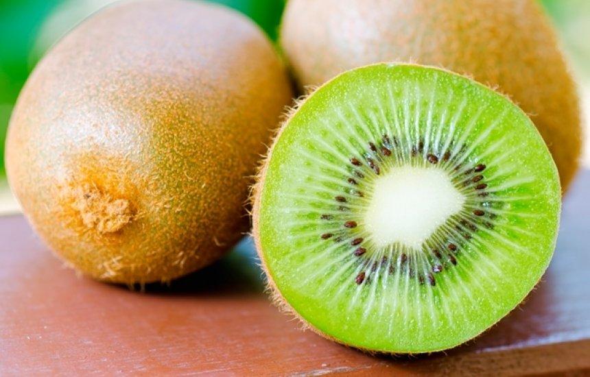 [Kiwi combate a prisão de ventre e facilita a circulação do sangue]