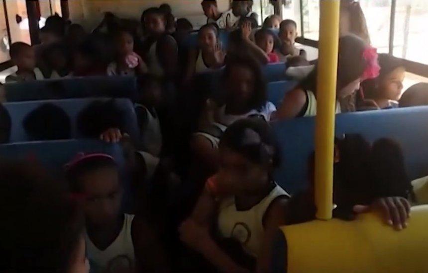 [Alunos vão a escolas amontoados em ônibus; imagem mostra 5 crianças em 1 banco]