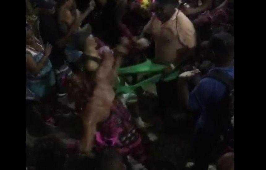 [Vídeo flagra integrantes d'As Muquiranas agredindo cordeiro no Carnaval]