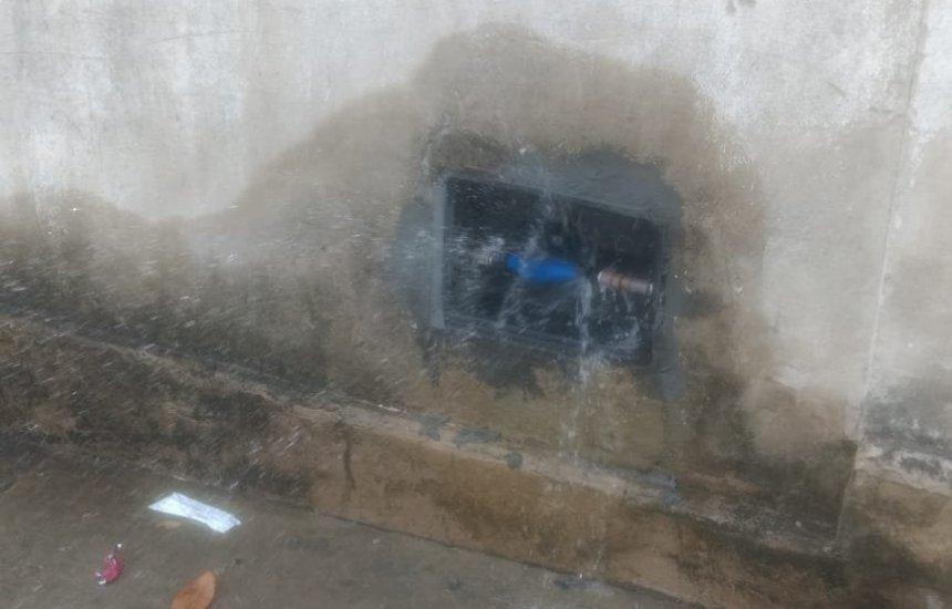 """[""""Tem 3 dias que o hidrômetro está vazando água"""", reclama leitora]"""
