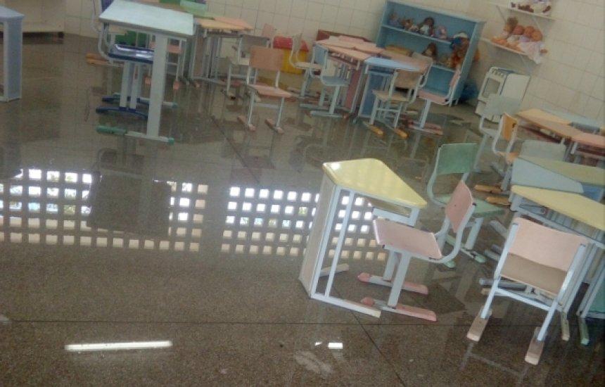 [Chuva alaga salas de escola do Jardim Limoeiro; Prefeitura promete manutenção]
