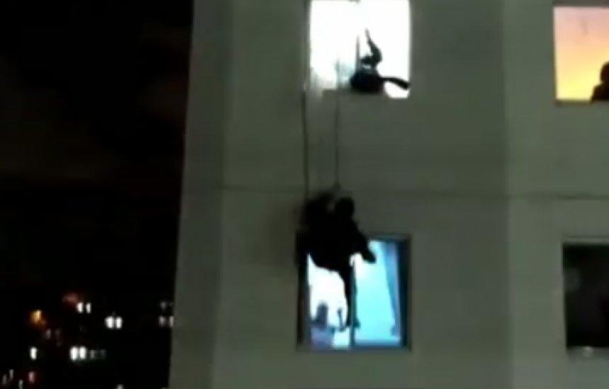 [PM's do Bope descem de rapel em prédio e evitam que mulher cometa suicídio]