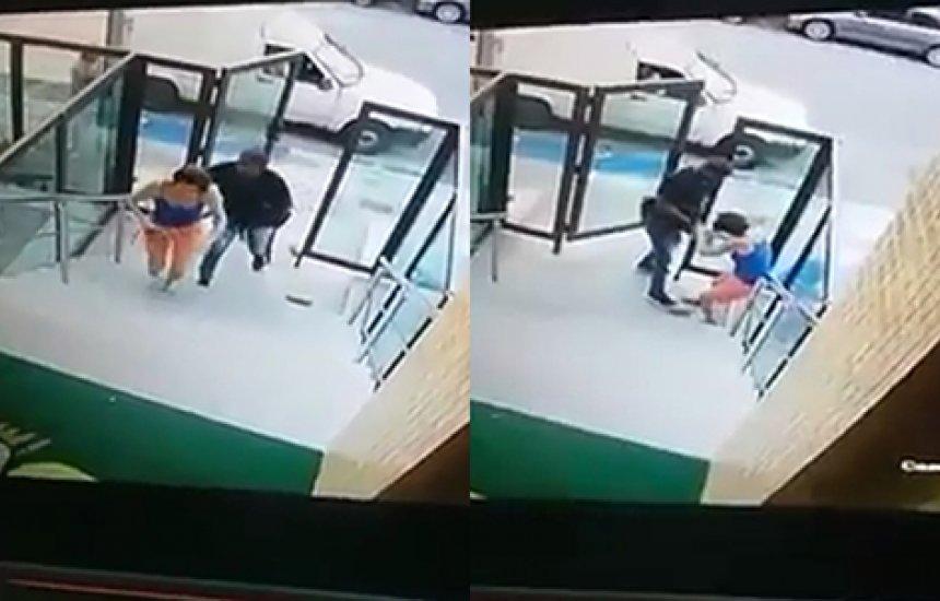 Mulher reage a assalto e é agredida por homem armado em prédio; assista