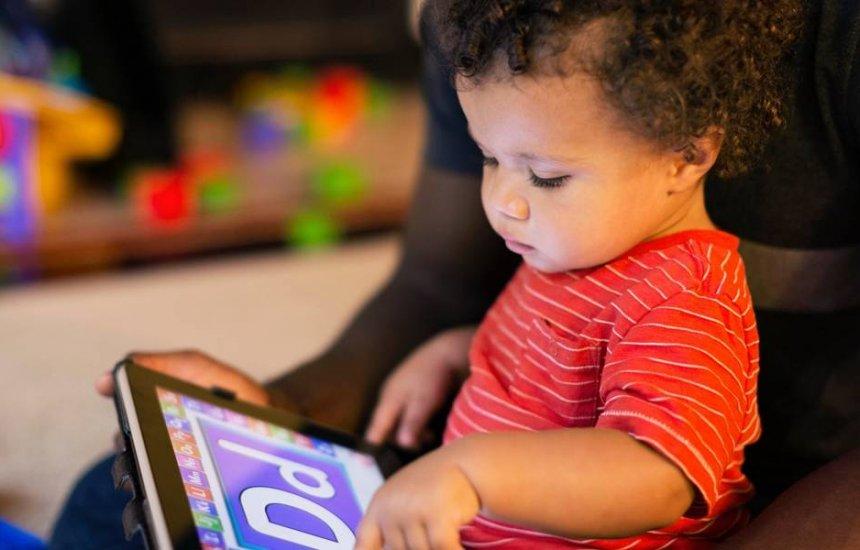 Alerta: Criança menor de 3 anos não deve ficar nem um minuto em tablet