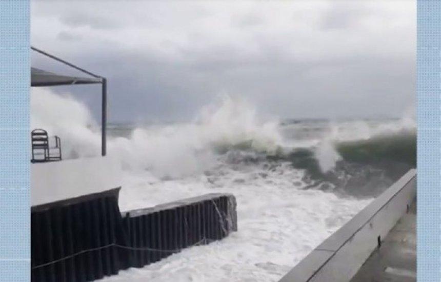 [Marinha emite alerta de mau tempo com ondas de até 3 metros]