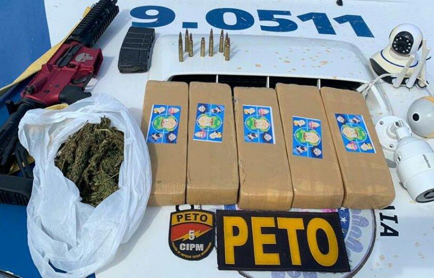 [Polícia apreende fuzil em posse do traficante 'Longa'; drogas foram encontradas]