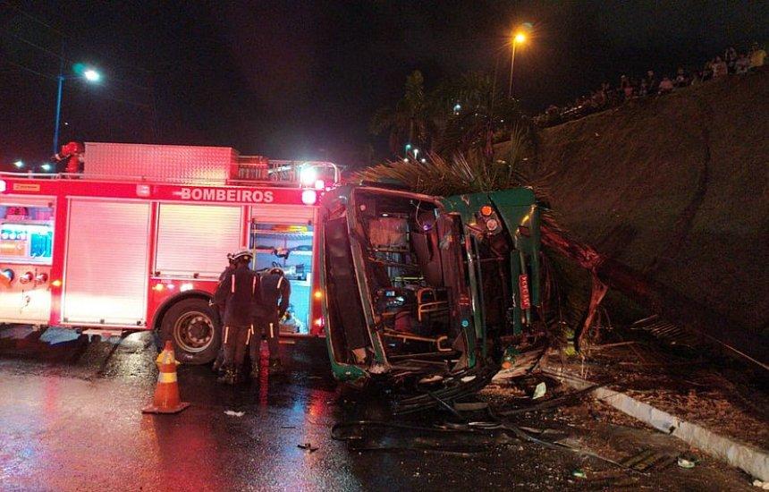 [Ônibus capota perto do Shopping Bela Vista e deixa 27 feridos]