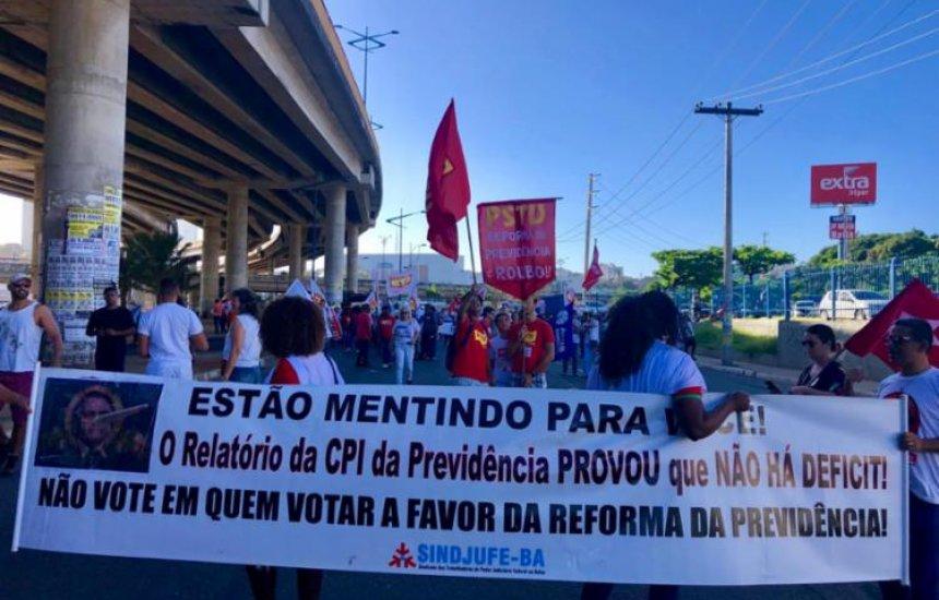 [Trabalhadores bloqueiam o trânsito durante protesto na av. ACM]
