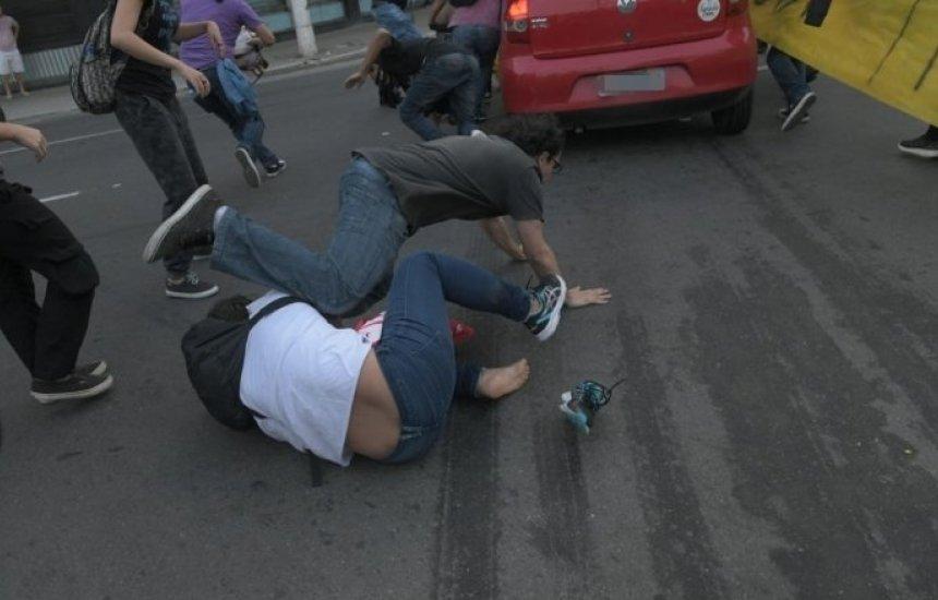 [Carro em alta velocidade invade bloqueio e atropela manifestantes. Vídeo!]