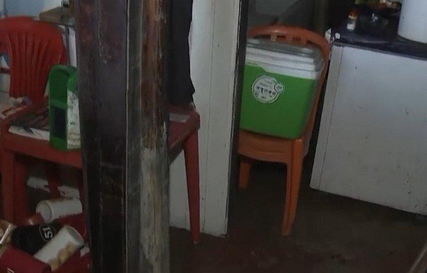 Barraqueiros perdem materiais após maré invadir estabelecimentos em Buraquinho