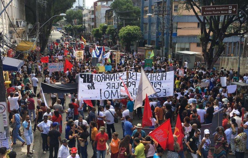 [Grupo protesta em Salvador contra cortes da educação e reforma da previdência]