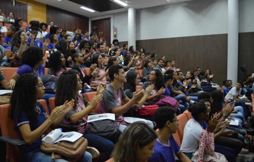 [Estudantes dos colégios estaduais de Camaçari participam do Aulão Enem 100%]