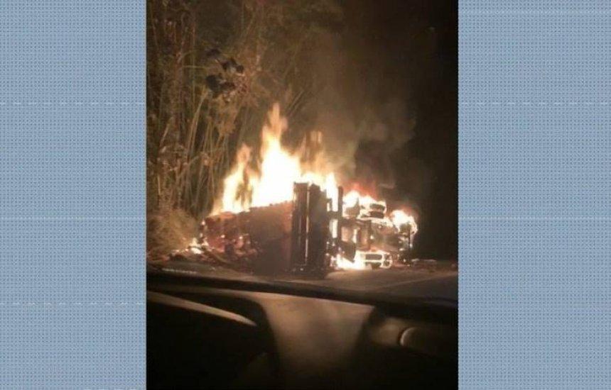 [Cinco morrem e 10 ficam feridos após batida entre ônibus e carreta]