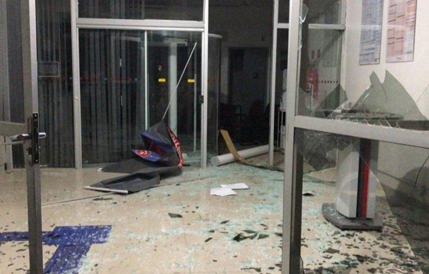[Dez homens armados invadem cidade e explodem agência bancária na BA]