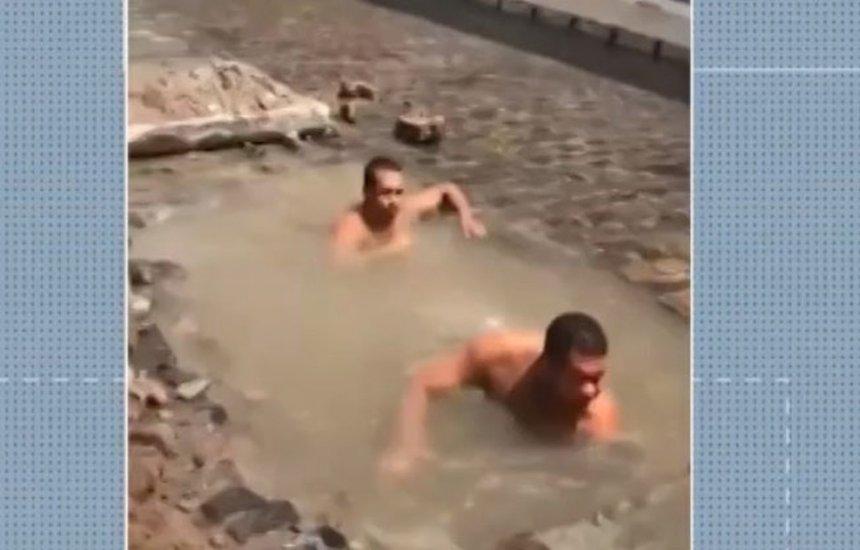 [Buraco aberto em rua da Bahia vira 'piscina' para moradores]
