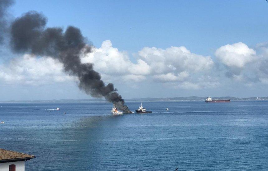 [Lancha pega fogo na Baía de Todos-os-Santos, em Salvador]