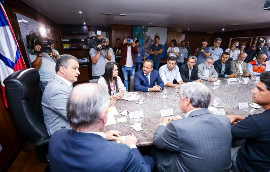 [Elinaldo se reúne com o governador para debater situação das manchas de óleo nas praias de Camaçari]
