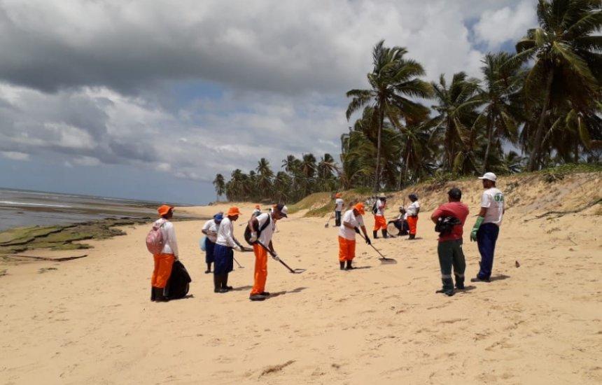 [Nativos de Praia do Forte celebram retirada de mais de 20 toneladas de óleo da região]