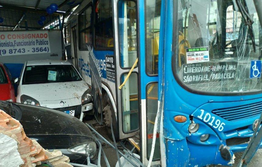 Ônibus bate em poste e fachada de loja após motorista passar mal em Salvador