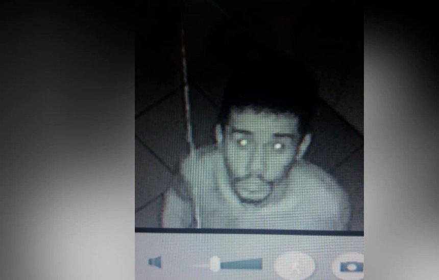 Ladrão se benze e faz máscara de saco de lixo para roubar curso de informática em Camaçari