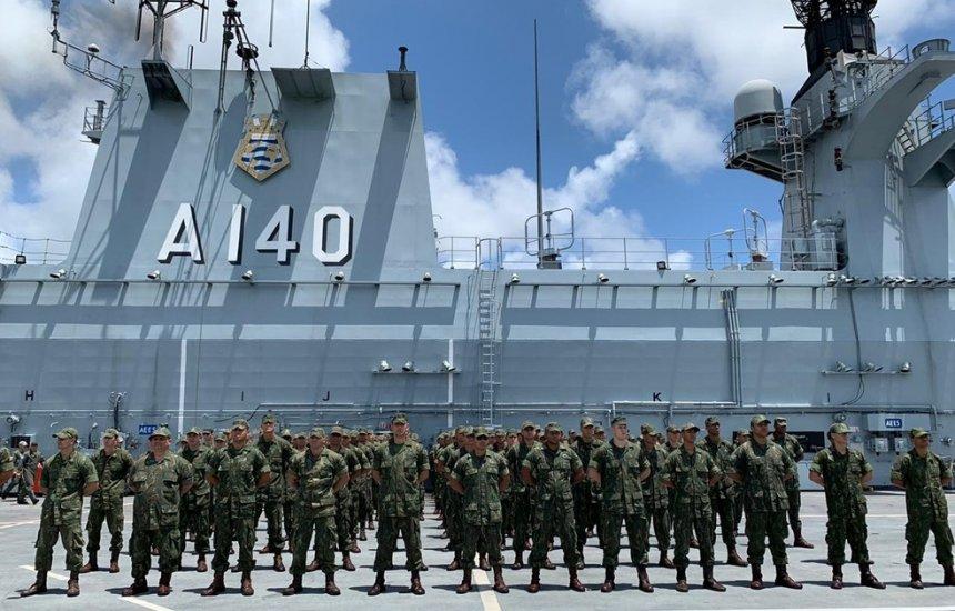 [Navios da Marinha chegam ao Nordeste para combater óleo]