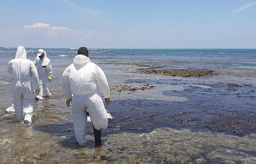 [Cinco praias da Bahia passam por limpeza para retirar vestígios de óleo]