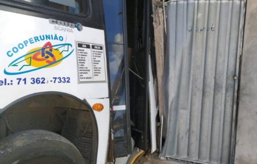 Coletivo da Cooperunião perde controle e atinge residências em Camaçari