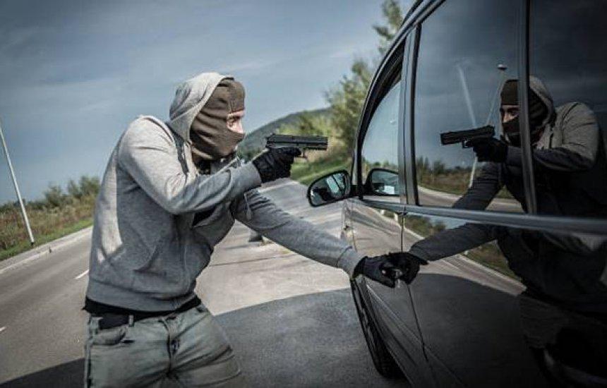 [Criminosos tomam de assalto dois carros em Camaçari; número de roubos de veículos aumentam]