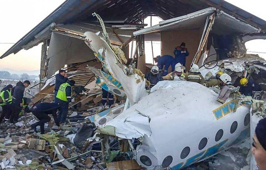 [Avião bate em prédio, cai no Cazaquistão e deixa 12 mortos]