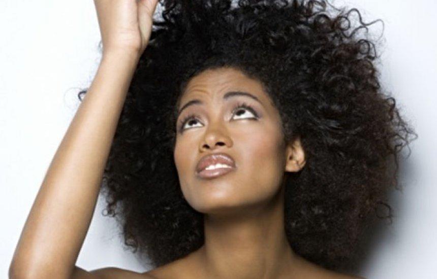 [Cinco formas de diminuir o frizz no cabelo de uma vez por todas]