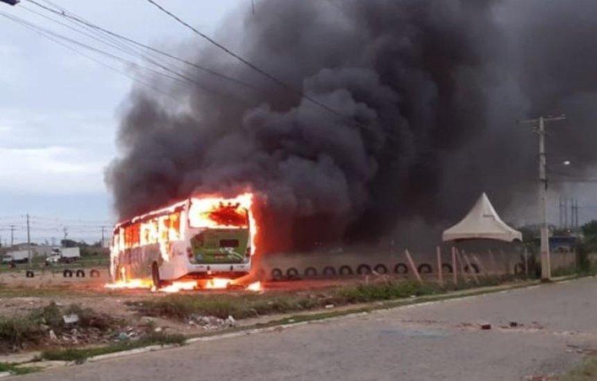 [Homens encapuzados incendeiam ônibus em Vitória da Conquista]