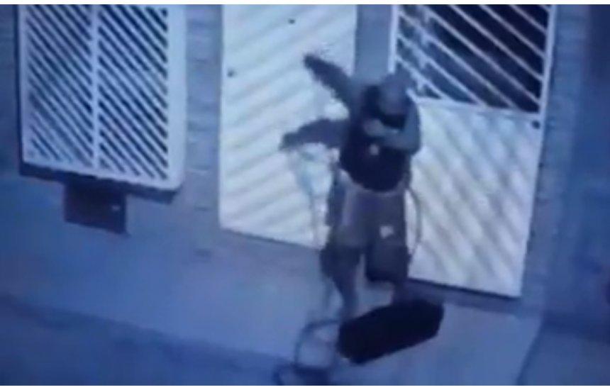 [Homem escala casas para roubar em Camaçari]