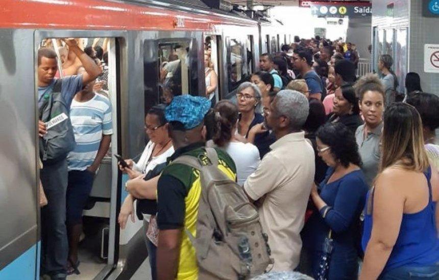[Mulher é resgatada dos trilhos do metrô; circulação foi interrompida]