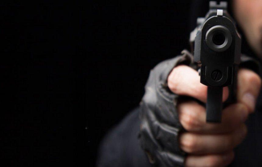 [Homem é preso por ameaçar companheira com arma de fogo no Parque das Mangabas]