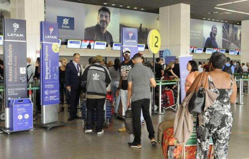 [Coronavírus: aeroportos brasileiros transmitem mensagem da Anvisa]