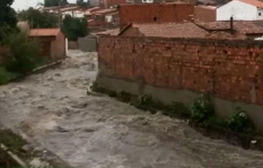 [Homem desaparece ao cair em córrego após chuva forte em Feira]