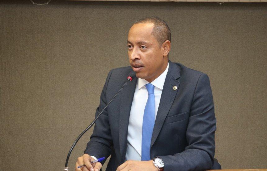 [Deputado Jurailton Santos demonstra revolta ao ver votação em favor da venda do colégio Odorico Tavares]