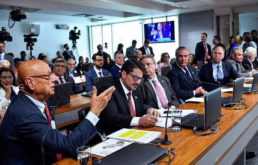 [Governo terá 15 dias para dar sugestões a projeto que regula uso de avião da FAB]