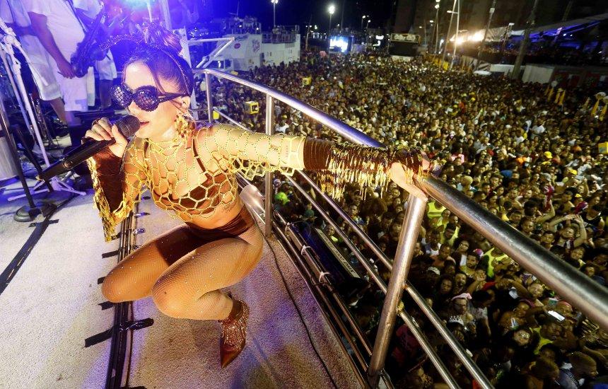 Vestida de Abelha, Anitta trouxe alegria para foliões que curtiam no Circuito Dodô