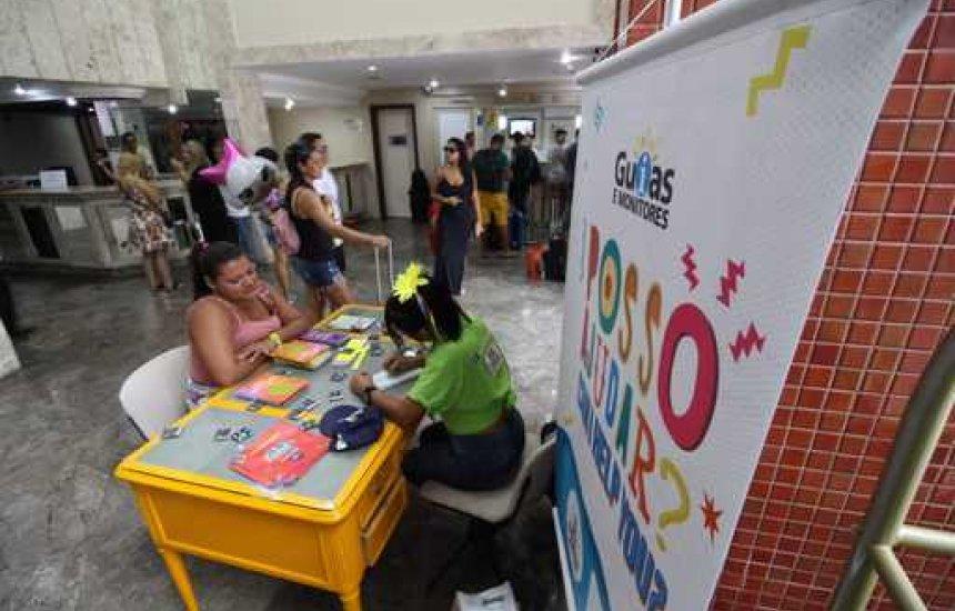 Guias e monitores orientam turistas em hotéis de Salvador durante o Carnaval