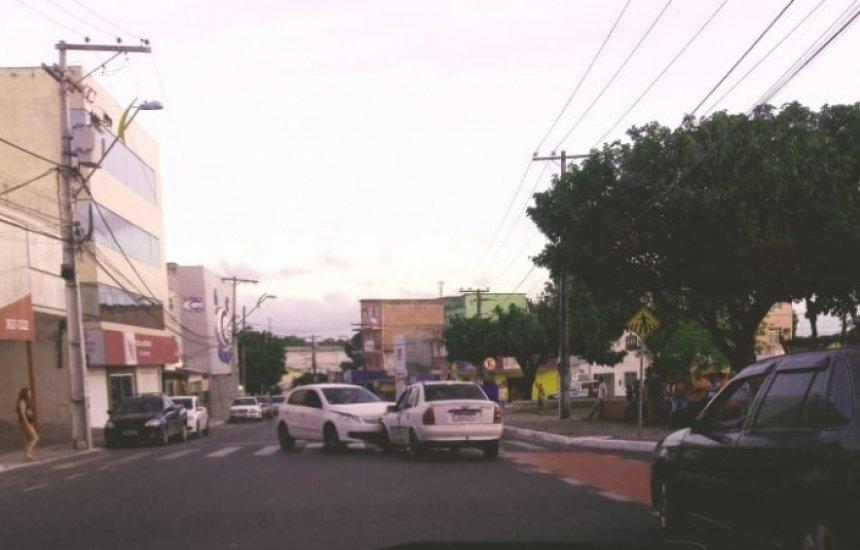 Carros se envolvem em acidente no Alto da Cruz