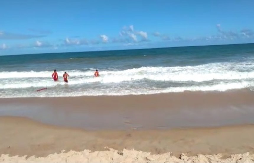 [Defesa Civil procura por jovem desaparecido após tentar salvar adolescente em praia de Camaçari]