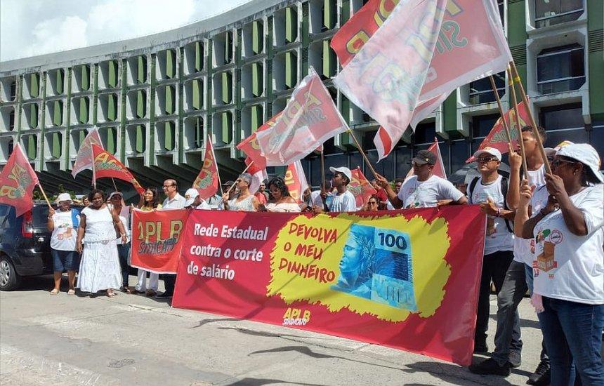 Professores da rede estadual fazem protesto contra corte de salários