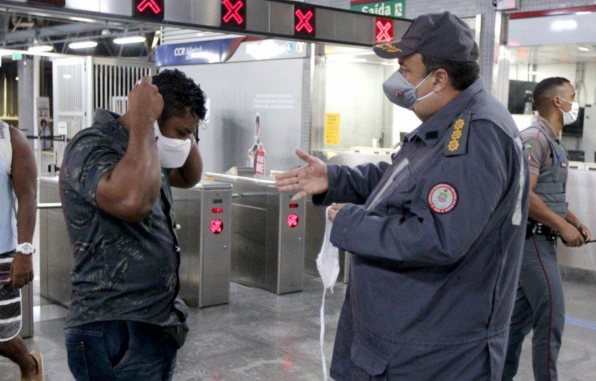 [Corpo de Bombeiros distribui máscaras e orienta público nas estações do metrô de Salvador]